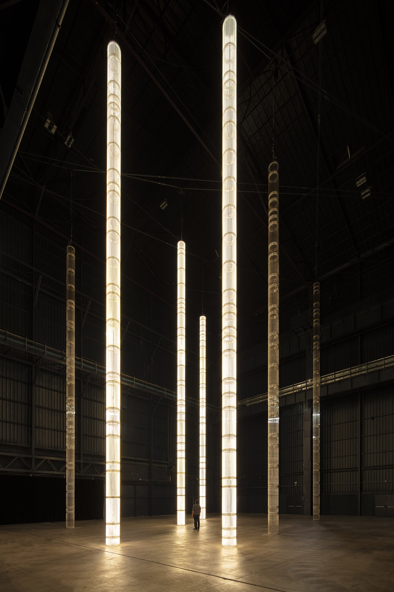 Cerith Wyn Evans, StarStarStar/Steer (totransversephoton), 2019, Installation View, Pirelli HangarBicocca, Milano 2019. Courtesy of the artist; White Cube and Pirelli HangarBicocca.