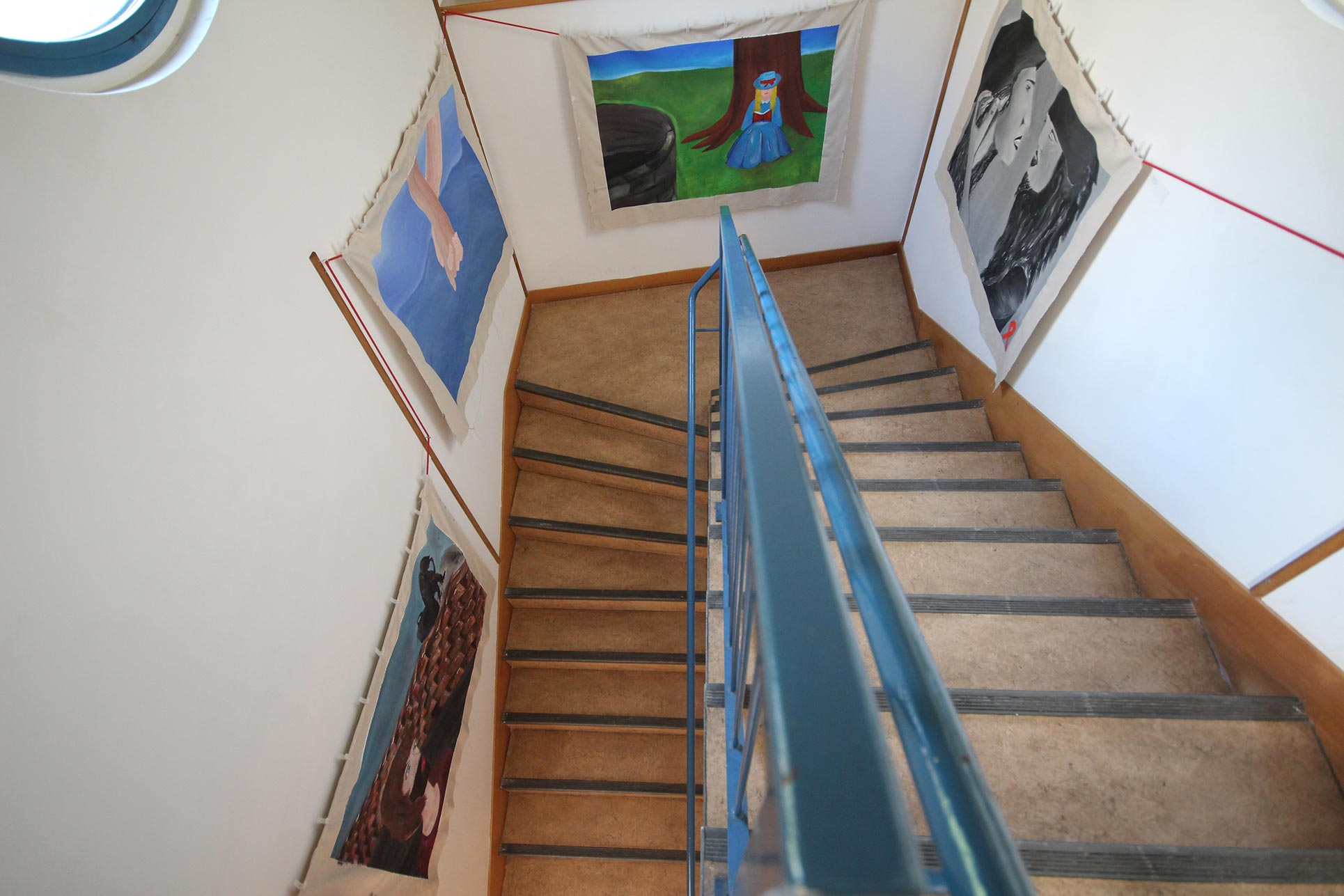 Installation of 5 paintings on topics of a book in the staircase of the school library (Photo: Barbara Fässler)
