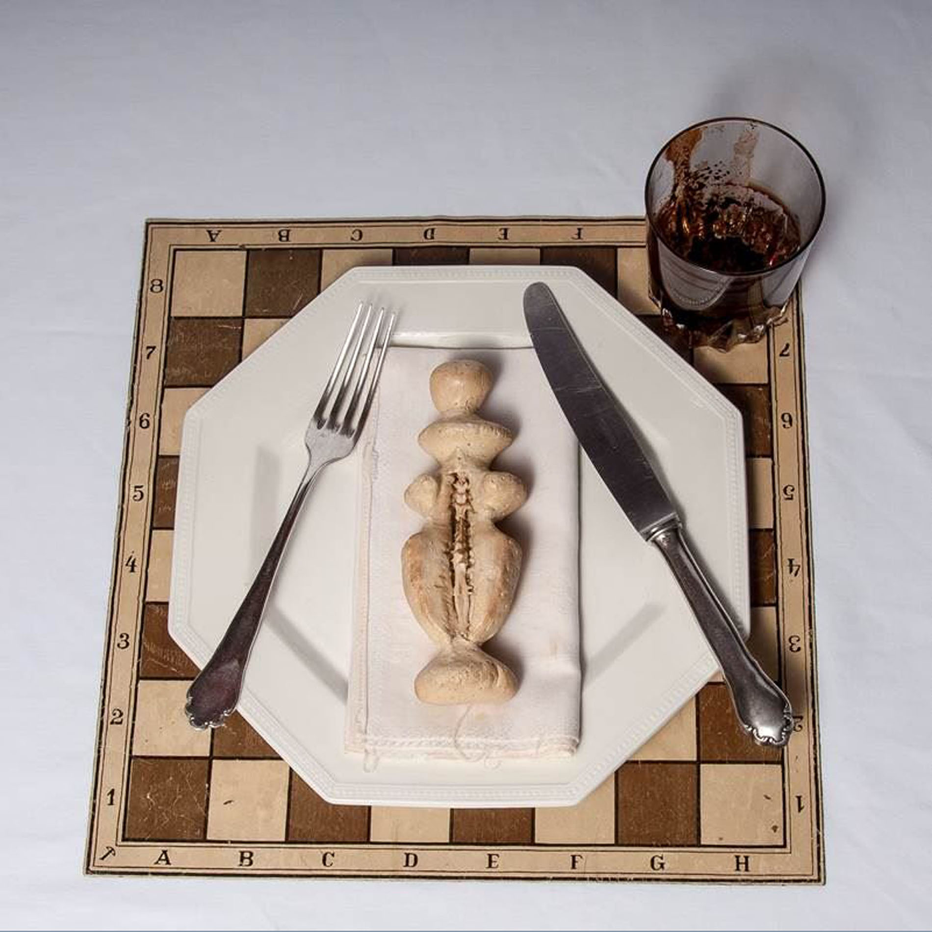 Meret Oppenheim, Bon Appetit, Marcel (The White Queen), 1966, Mixed Media, 32 x 32 x 10 cm, Privatsammlung