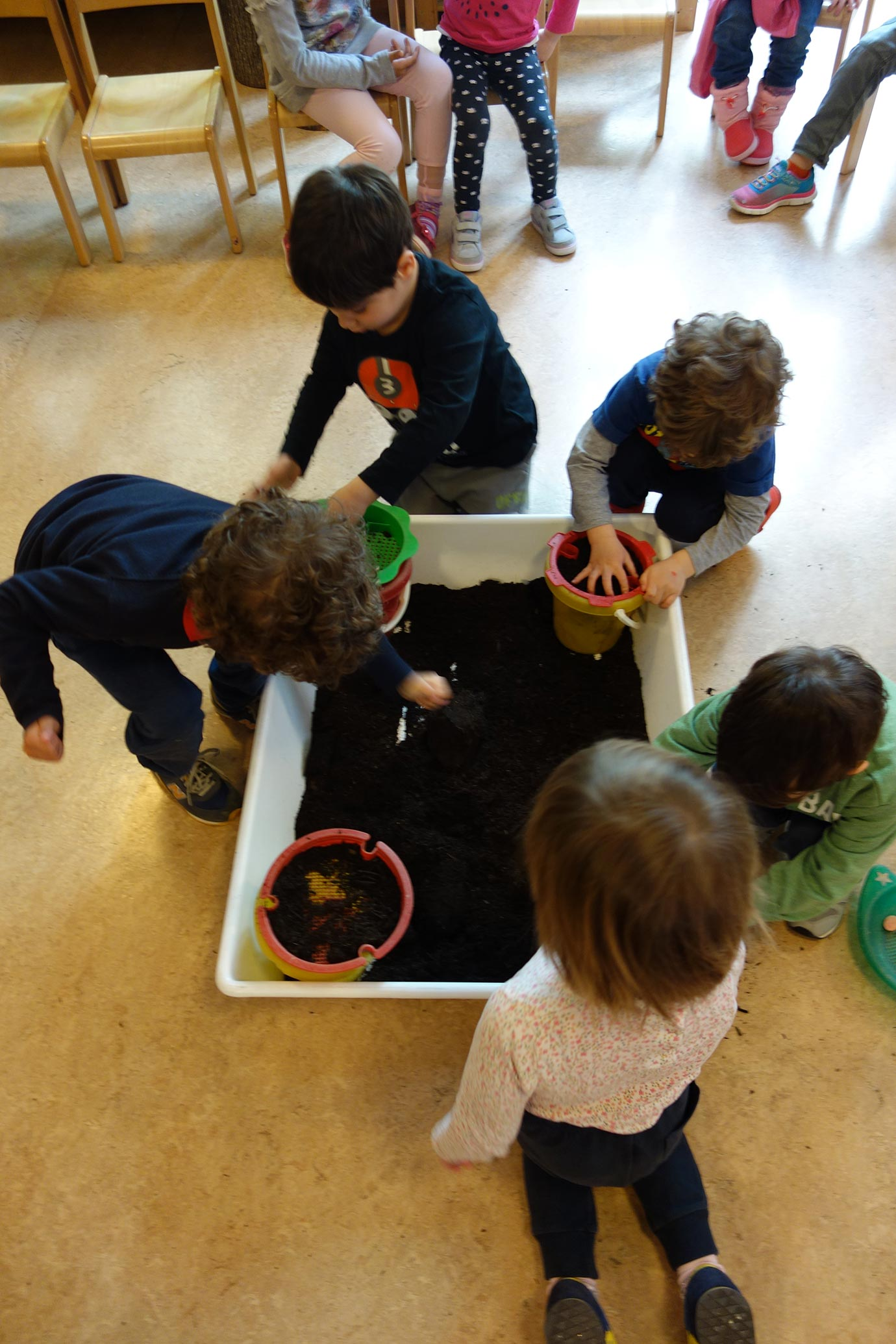 The kindergarten children playing with earth (Photo: Barbara Fässler)