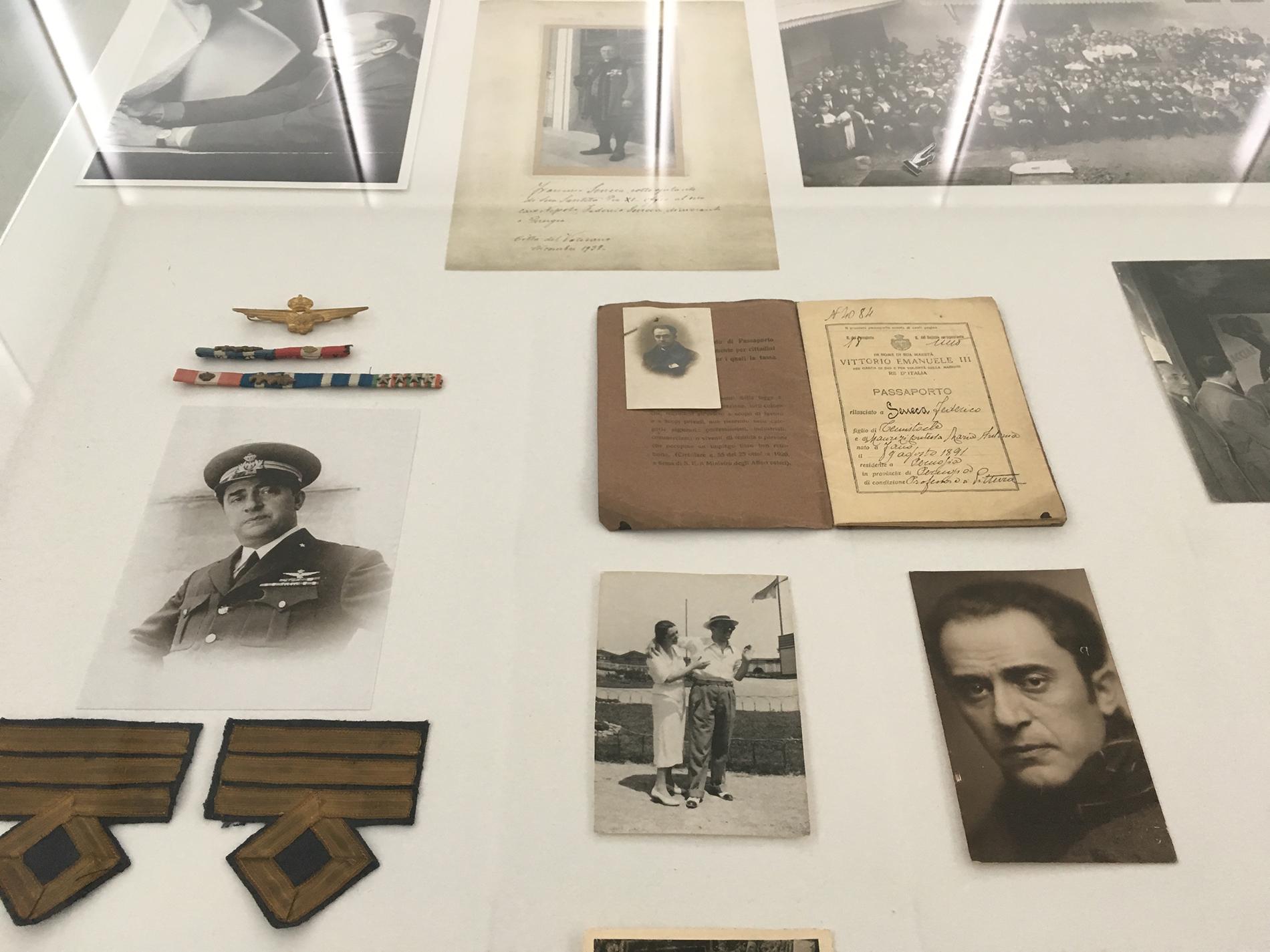Fotografien und Kriegsauszeichnungen von Federico Seneca. Vitrine, Ausstellungsansicht (Foto Barbara Fässler)