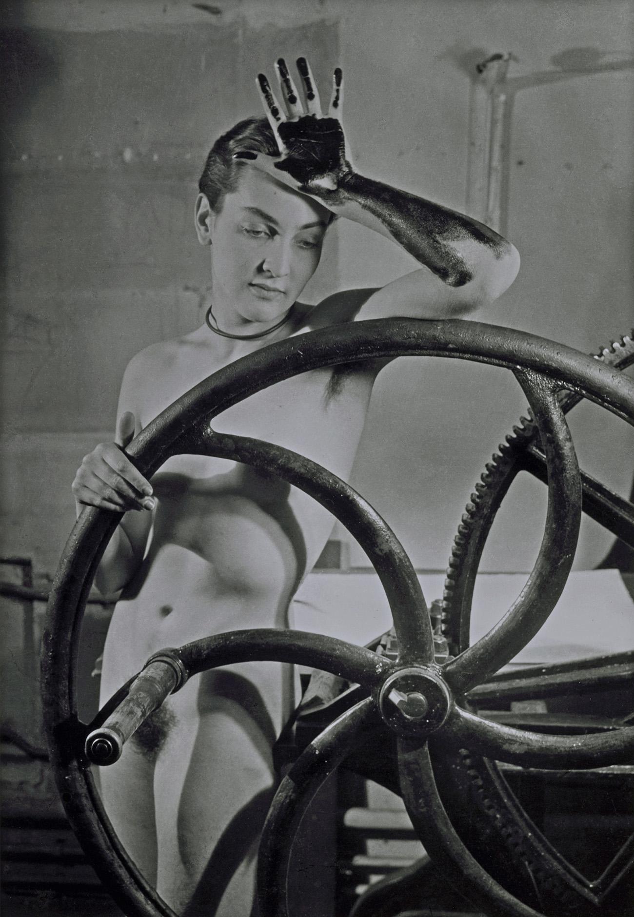 Man Ray, Erotique voilée, Meret Oppenheim à la presse chez Louis Marcoussis, 1933, Fotografie, neuer Abzug 1980, 40.4 x 30.5 cm, Fondazione Marconi, Mailand