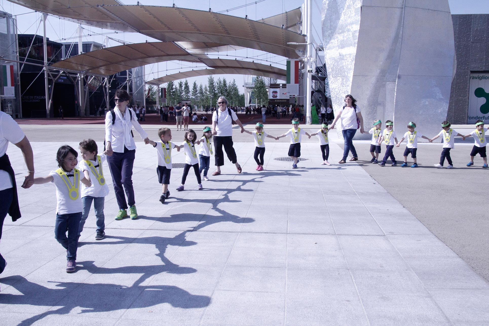 The kindergarten children forming a circle in the main square of Expo 2015 in Milan (Photo: Barbara Fässler)