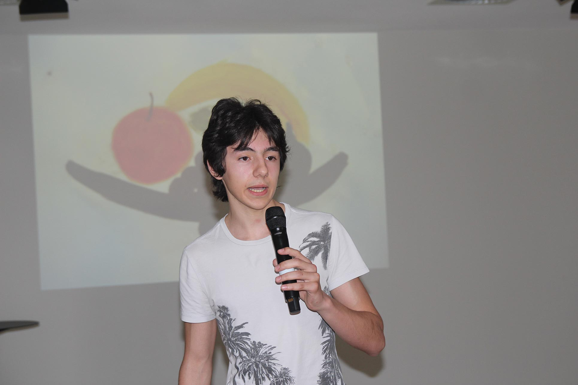 A pupil of the high school presents his knowledge about Caravaggio's fruit bowl (Photo: Barbara Fässler)