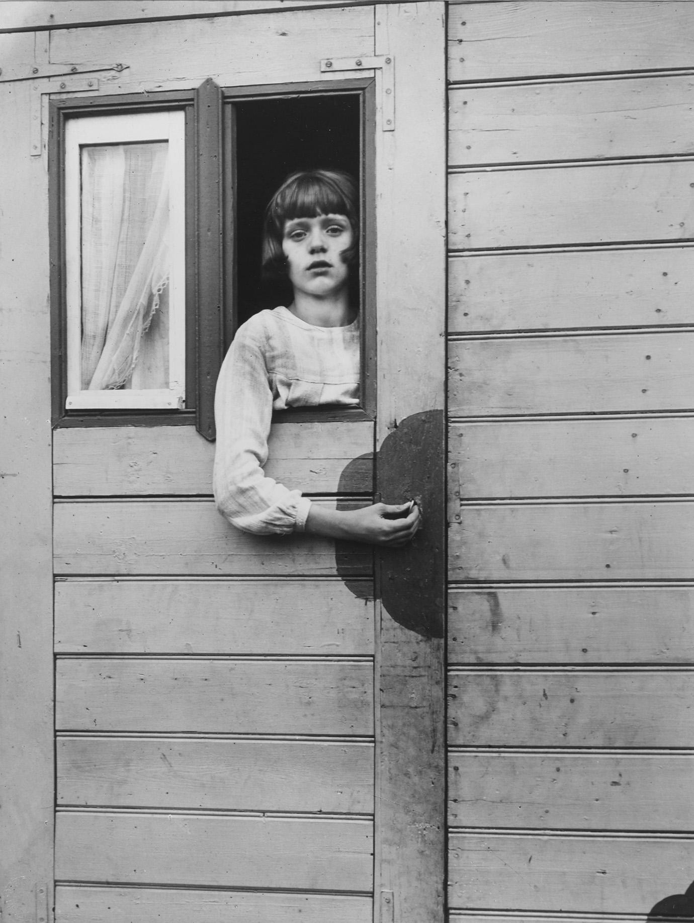 August Sander, Mädchen im Kirmeswagen, 1926-32