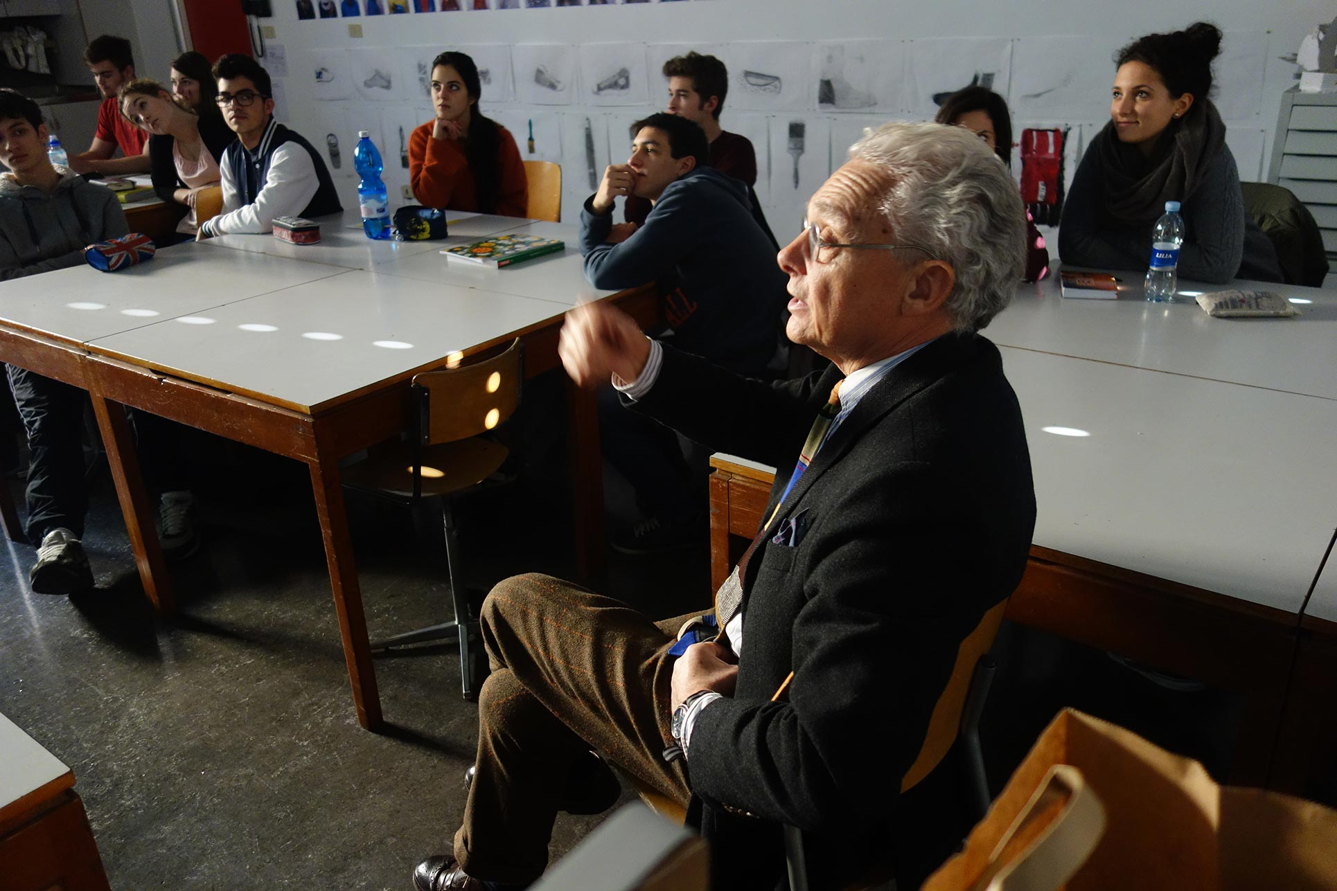 Nanni Albera, architect discussing the pupil's architecture proposals (Photo: Barbara Fässler)