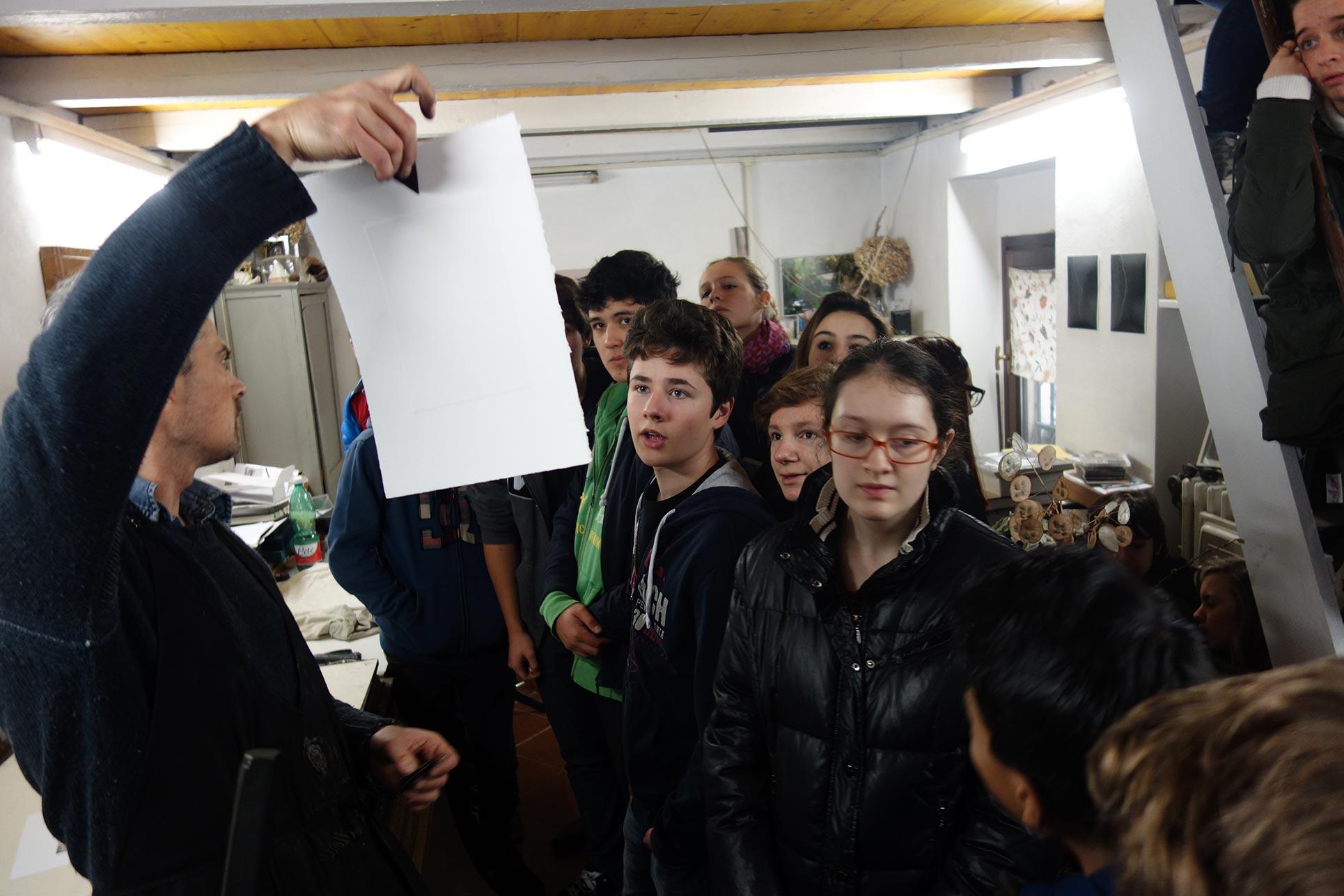 Tancredi Mangano demonstrates how his etching press functions. (Photo: Barbara Fässler)