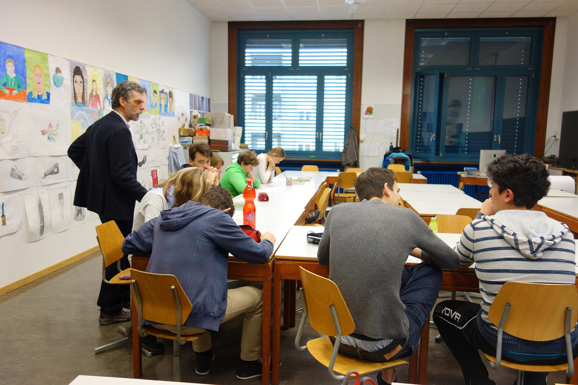 Beppe Giacobbe, illustrator, presenting his work and commenting on the pupils illustrations from a professional point of view (Photo: Barbara Fässler)