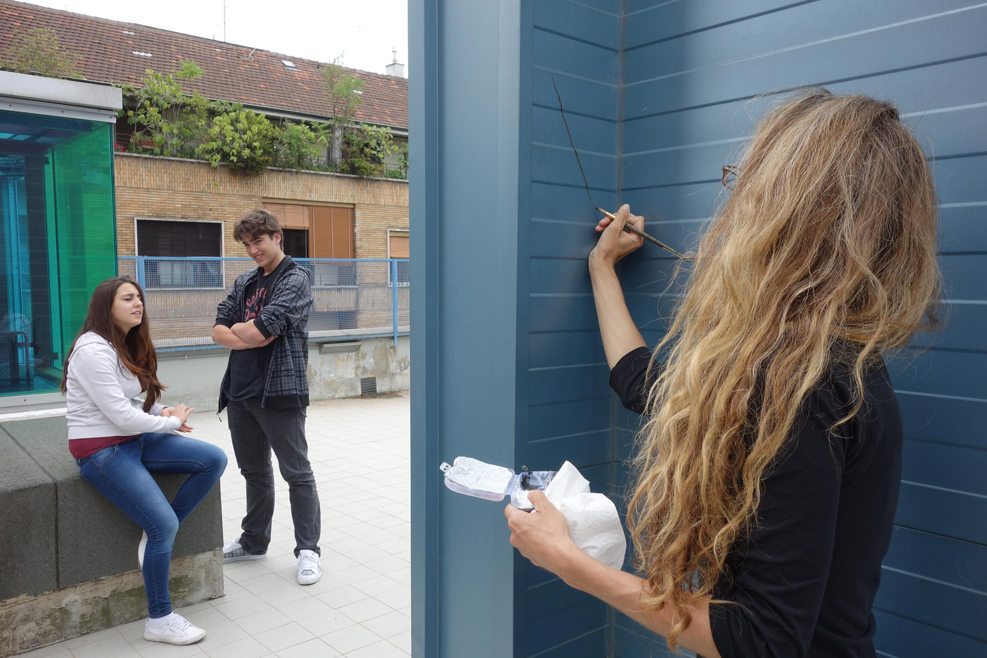 Mona Caron, wall painter executing for the students a little intervention at SSM (Photo: Barbara Fässler)