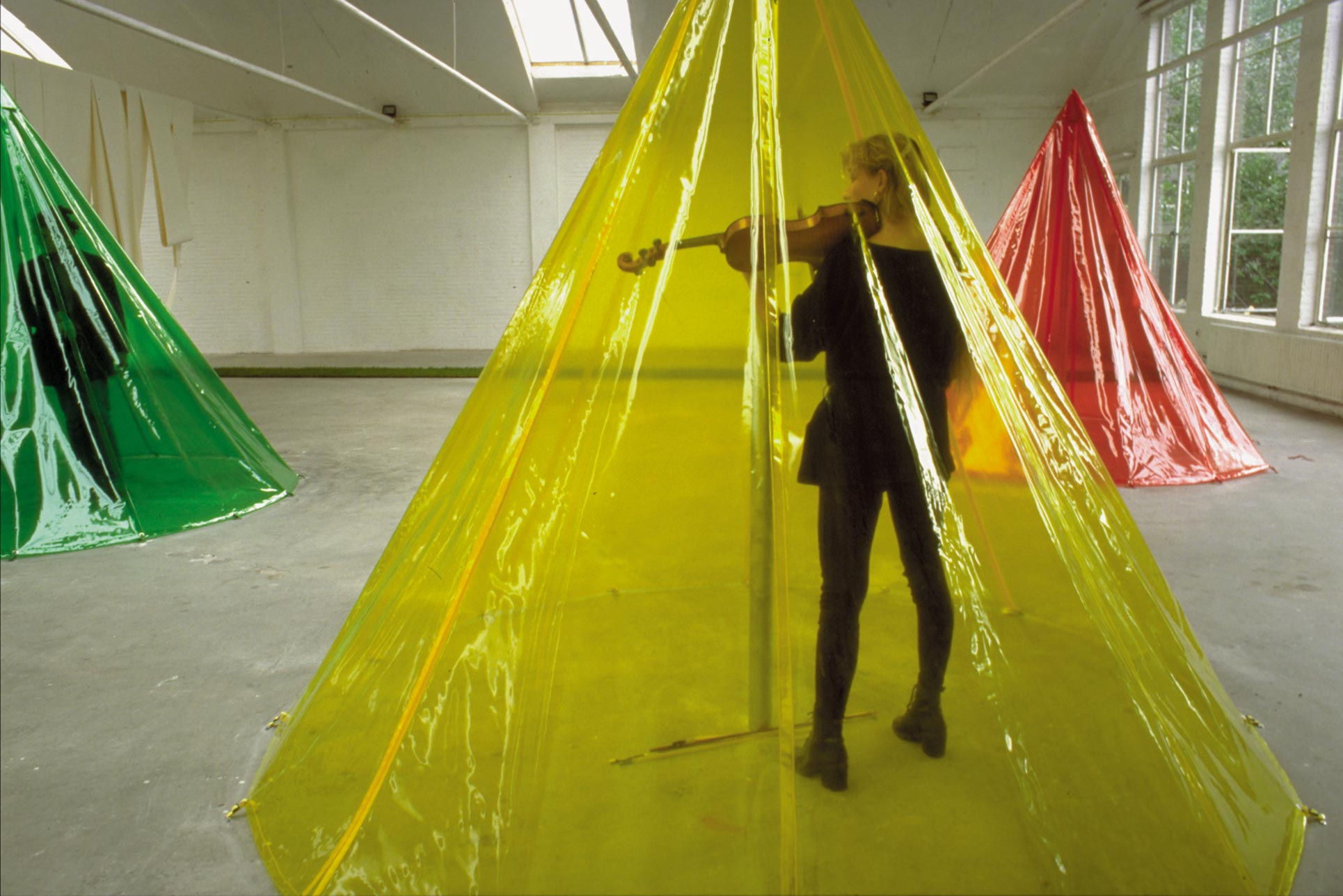 Redetour, De Fabriek Eindhoven, Charlotte Hug playing violin in Fässler's tent
