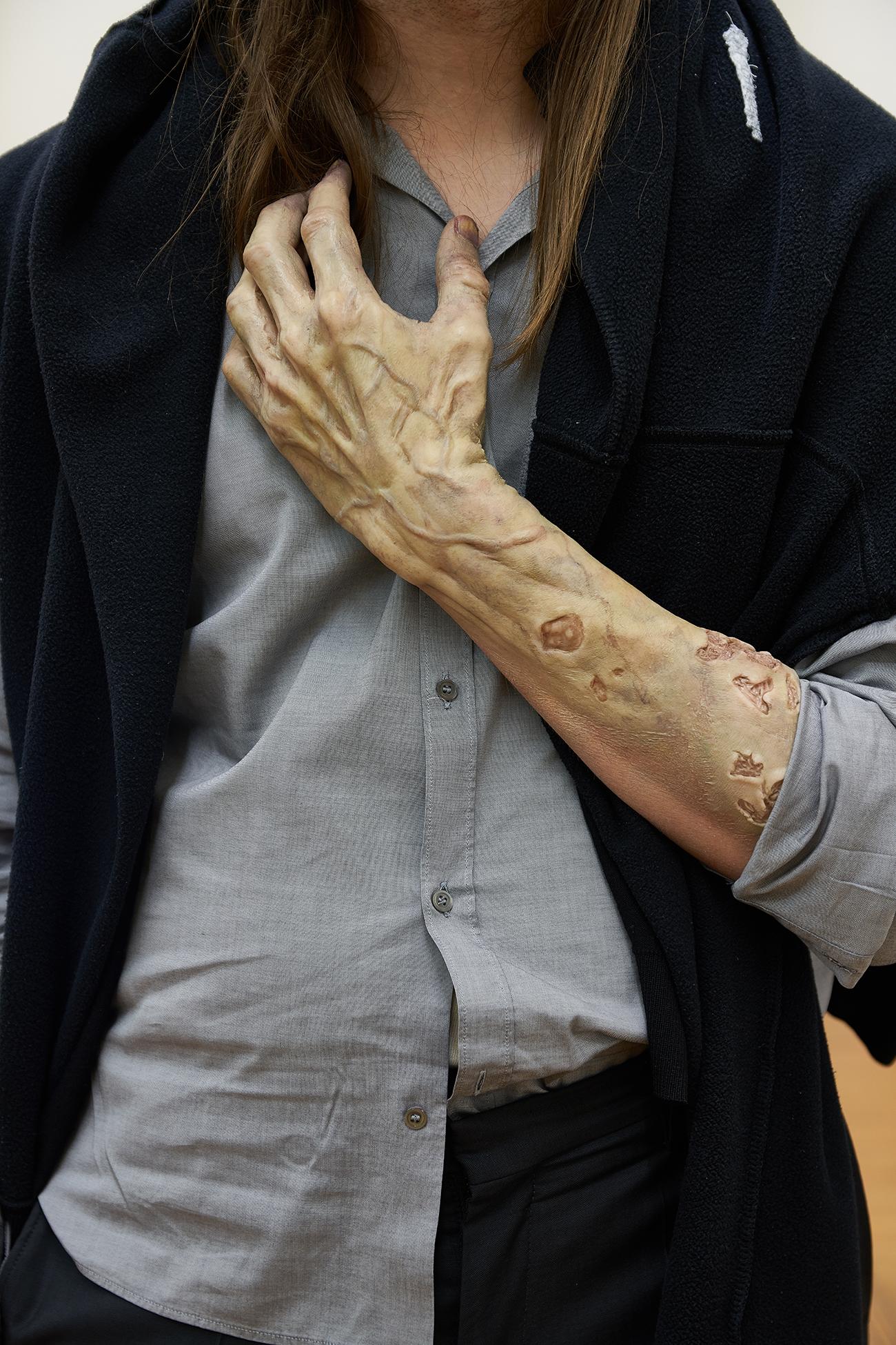 Gabriele Garavaglia, <Inner Resistance> (2019-2020), Prosthetic makeup, variable Länge, Foto: OKNOstudio