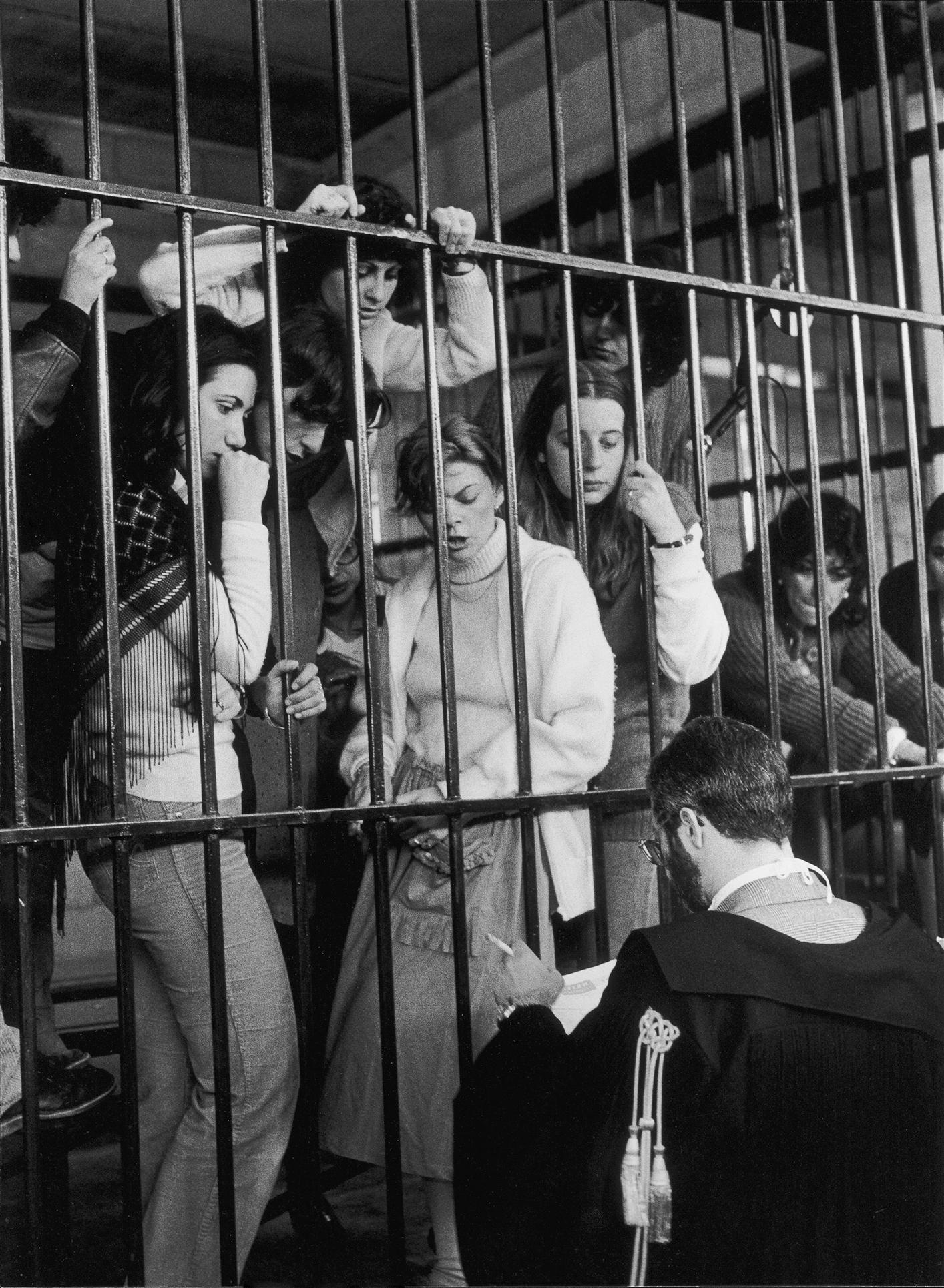 Giovanna Borgese, Le ragazze di Prima Linea, Torino, 1981, dalla serie Un paese in tribunale, Italia 1980-1983, stampa gelatina bromuro d'argento, 40 x 30 cm