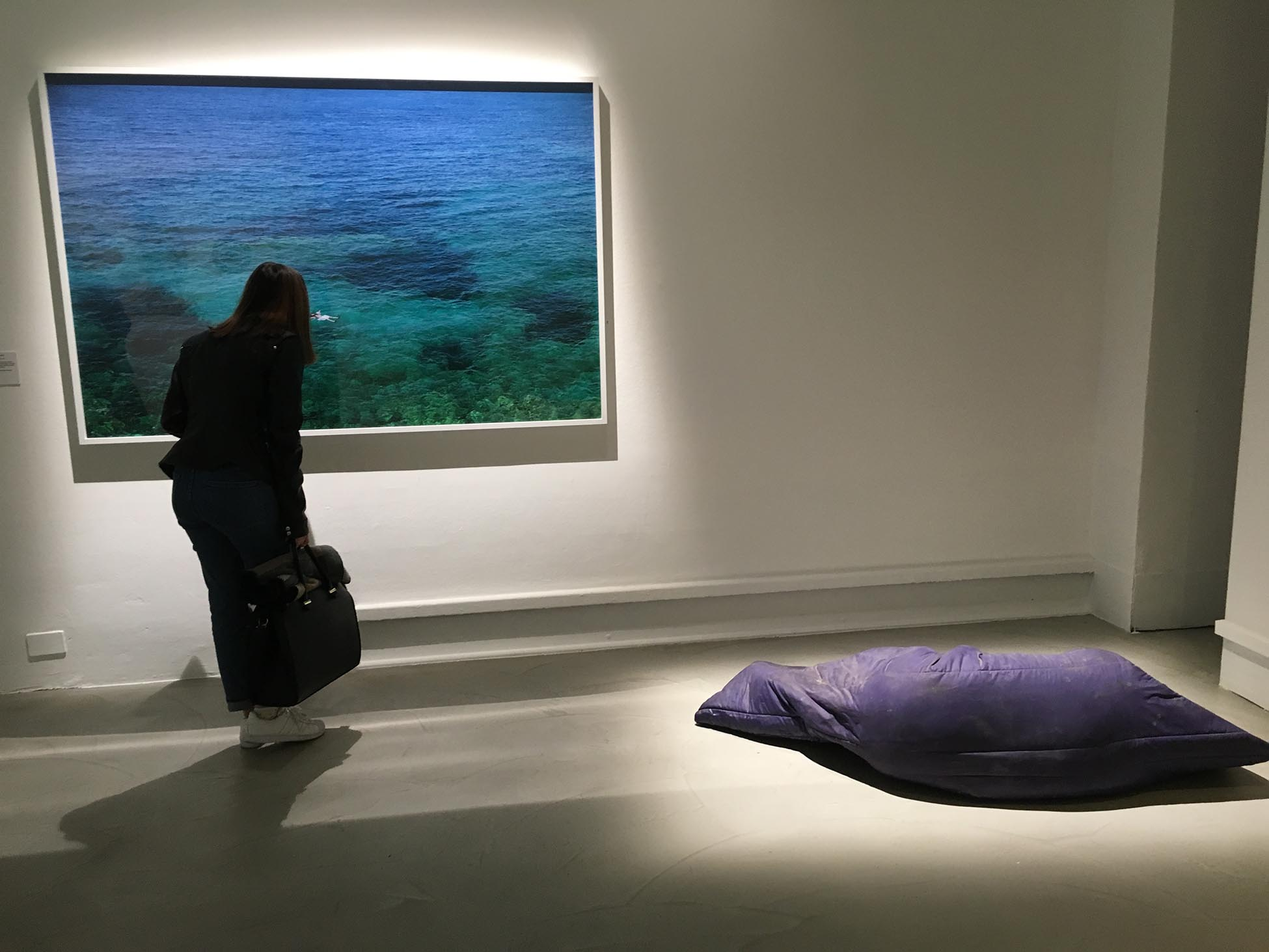 Panos Kokkinias, Yiorgis, 2011 (Courtesy Xippas Galleries iny PKO 0116); Gavin Turk, Nomad, 2003 (Courtesy Ella Acdan & Darya Collection) (Foto: Barbara Fässler)