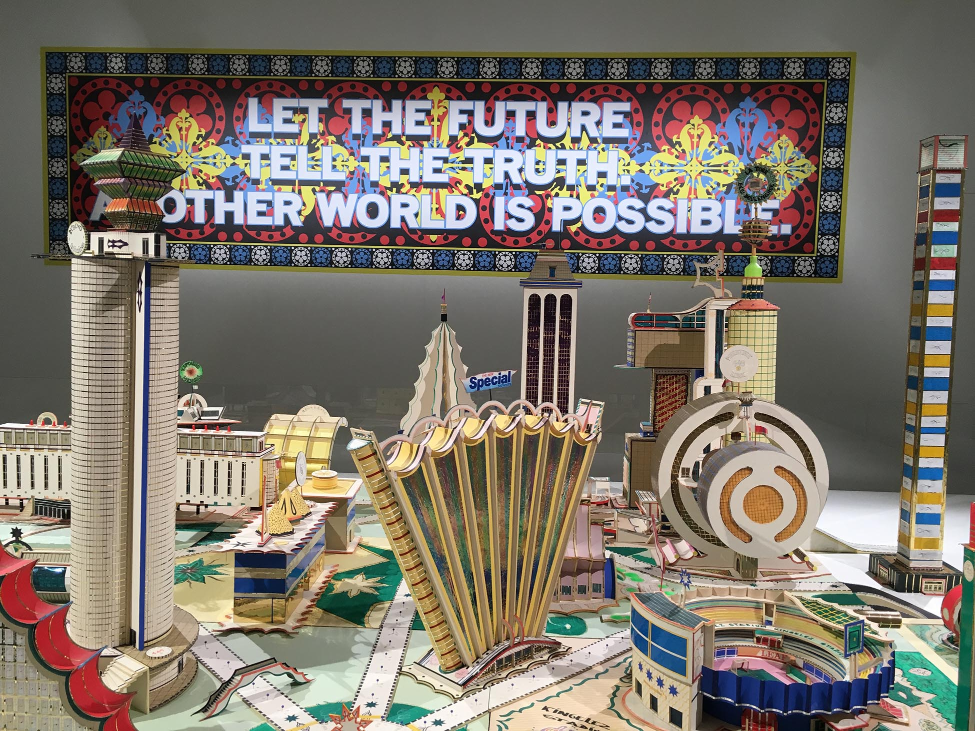 Mark Titchner, Let the Future Tell the Truth. Another, World Is Possible, 2015 (Courtesy Vilma Gold); Bodys Isek Kingelez, Kimbembele Ihunga, 1994 (Foto: Barbara Fässler)