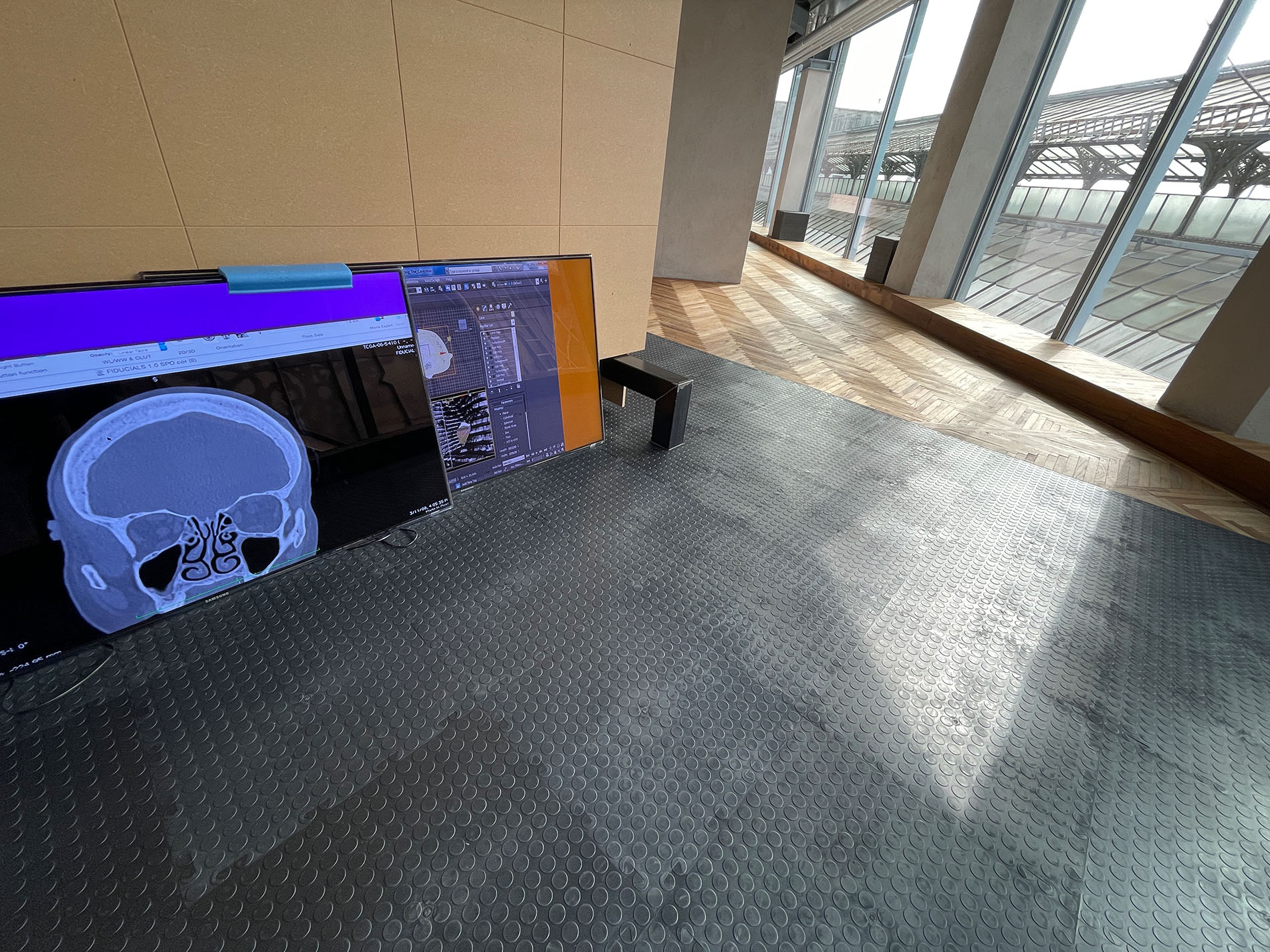 """Ausstellungsansicht """"Sturm&Drang"""", Osservatorio Fondazione Prada, Mailand, Digital industry, 2021, Holzstruktur, Eisenstangenpole, Plexiglas, MDF, Computer. Foto: Barbara Fässler. Courtesy: Fondazione Prada"""
