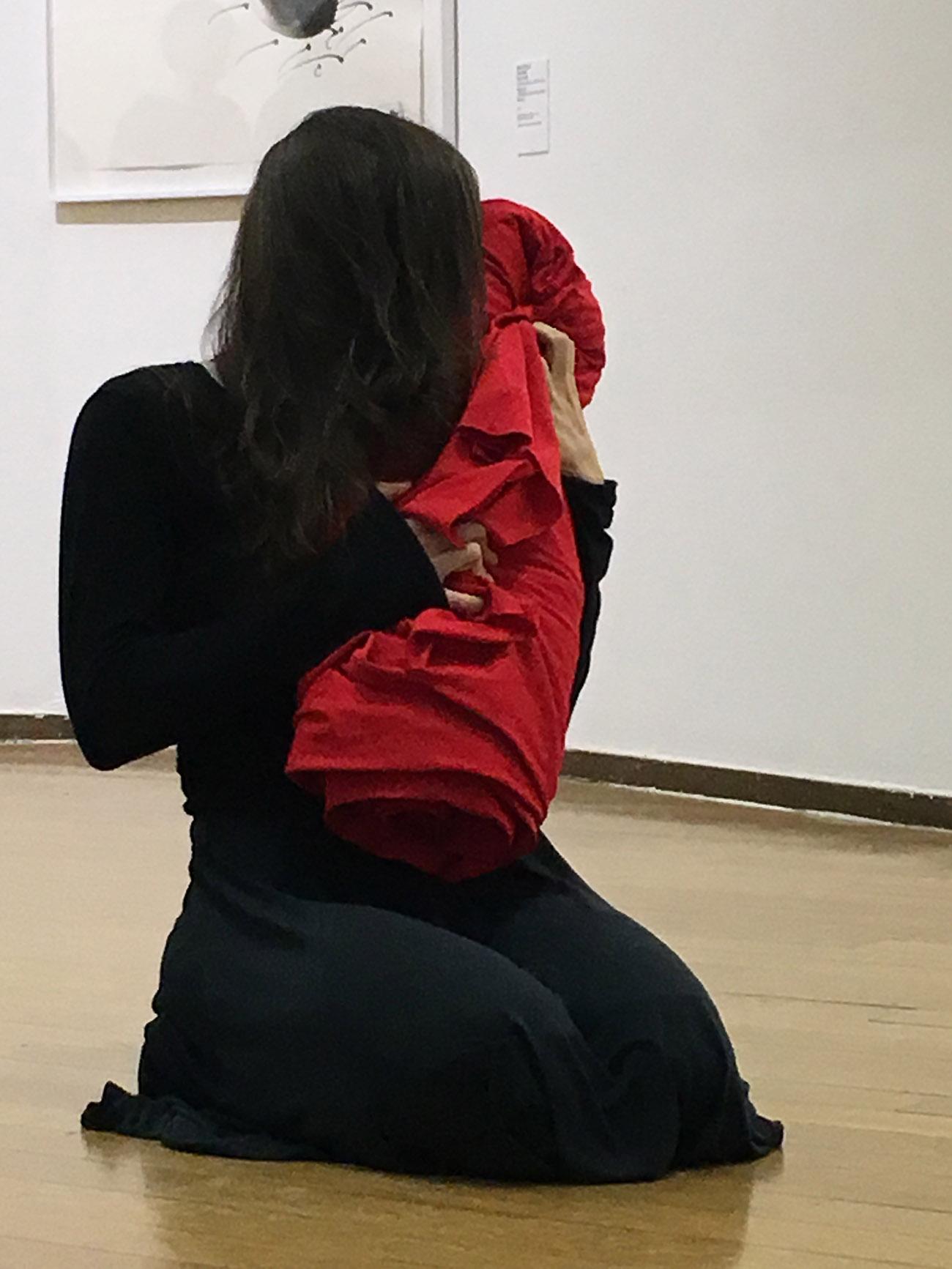 Anna Maria Maiolino, <Al di là>, 2019, Performance con Gaya Rachel, Courtesy dell'artista. Foto: Barbara Fässler