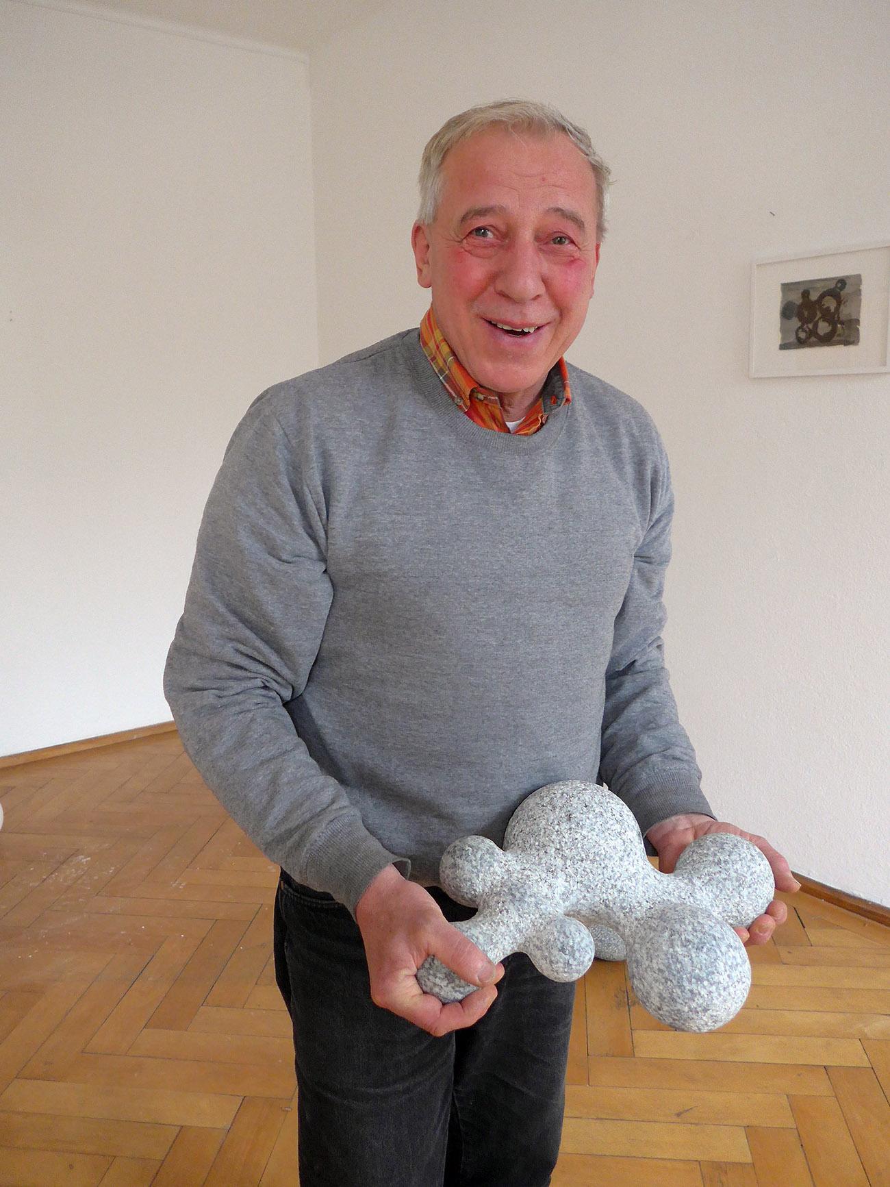 Der Künstler Martin Schneider mit einem seiner Werke (Foto: Barbara Fässler)