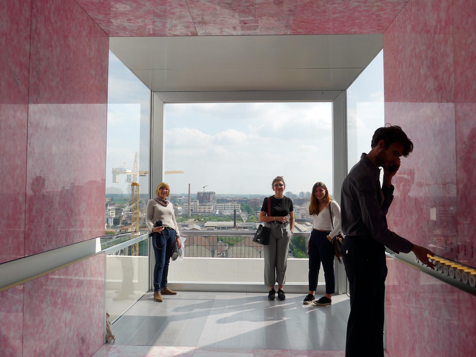 Torre – Fondazione Prada, Lift und Aussicht Richtung Süden, wo bald die Felder beginnen. Architekturprojekt OMA (Foto: Barbara Fässler)