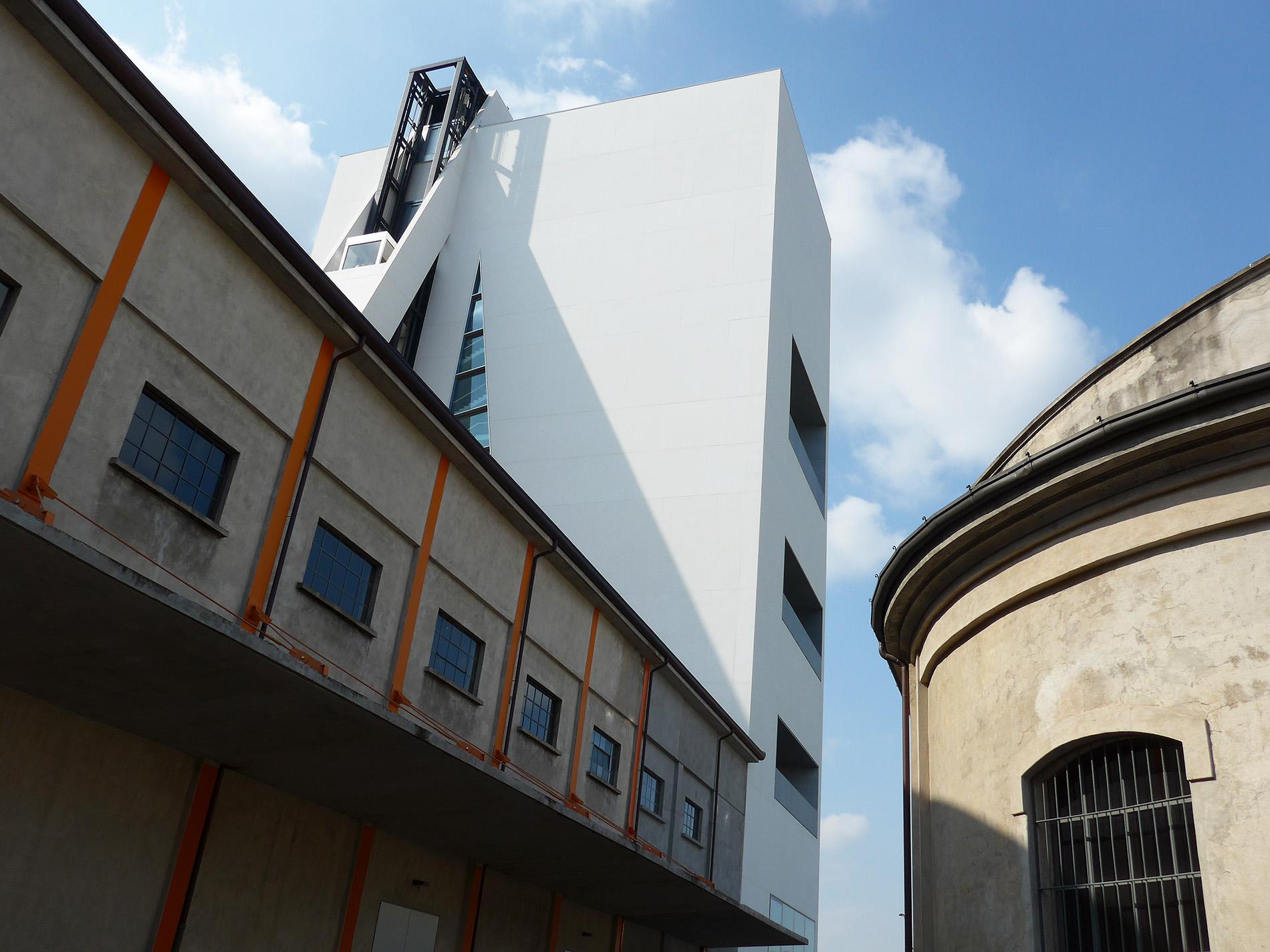 Torre – Fondazione Prada, der vertikale Turm kommuniziert mit den Industriebauten der Distillerie aus den Zehner-Jahren. Architekturprojekt OMA (Foto: Barbara Fässler)