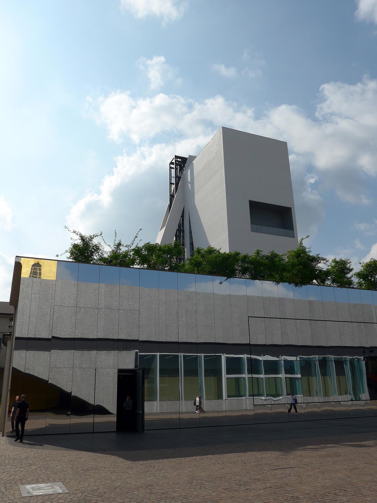 Torre – Fondazione Prada, das ebenfalls eingebaute Kino, welches seinen regelmässigen Betrieb gerade aufnimmt. Links gespiegelt, das