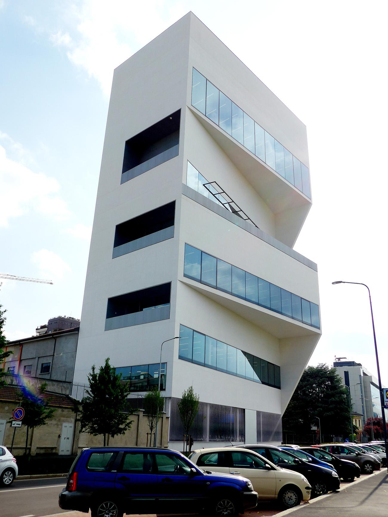Torre – Fondazione Prada. Gut sichtbar sind die wachsenden Höhen der Räume, die Schichtung der Stockwerke und die unterschiedlichen Grundrissformen auf den einzelnen Stockwerken. Architekturprojekt OMA (Foto: Barbara Fässler)
