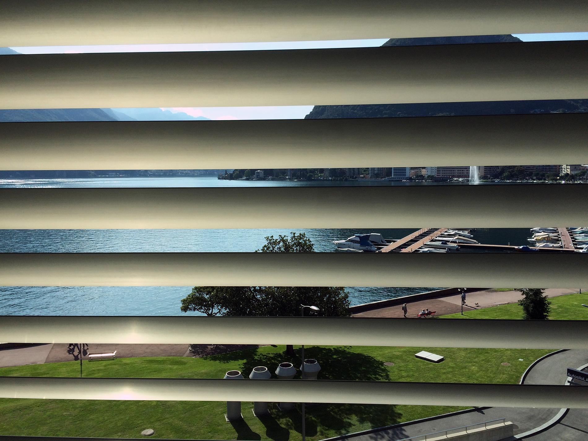 Blick aus dem neuen Kulturzentrum LAC auf den Luganersee (Foto: Barbara Fässler)