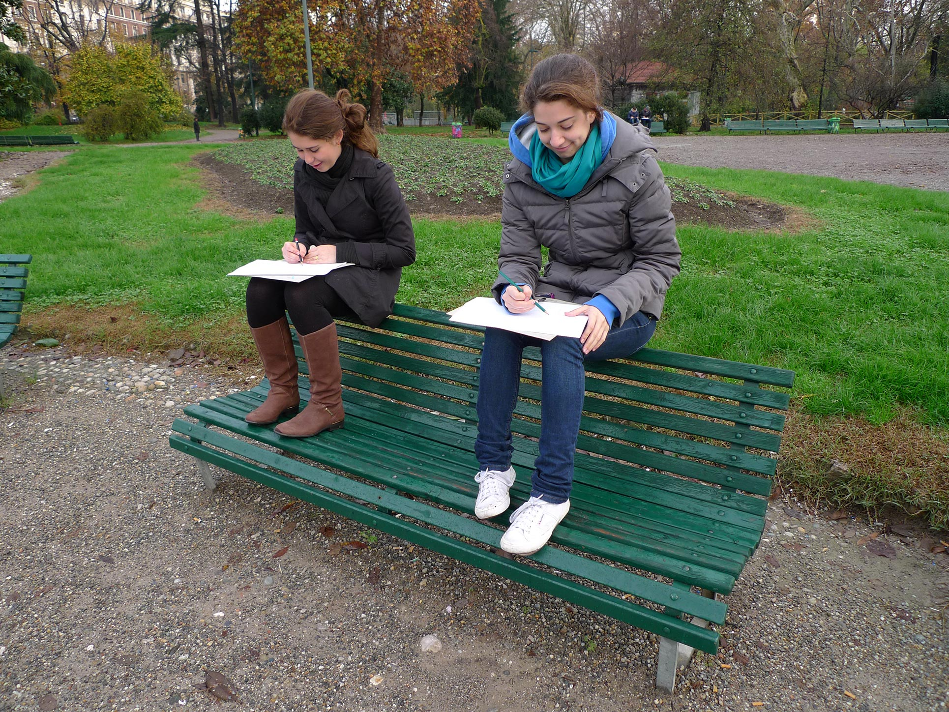 Drawing in the park (Photo: Barbara Fässler)