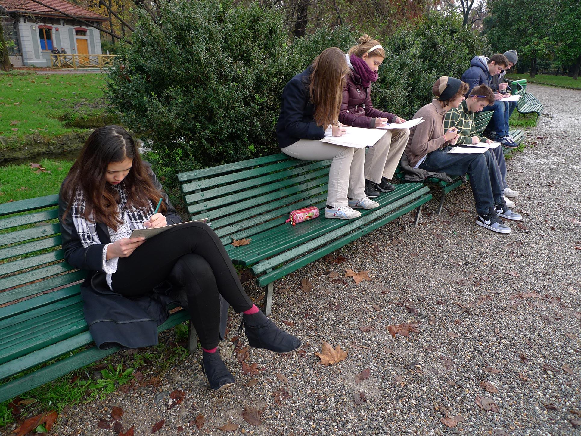 Drawing in the park (Photo: Barbara Fässler)