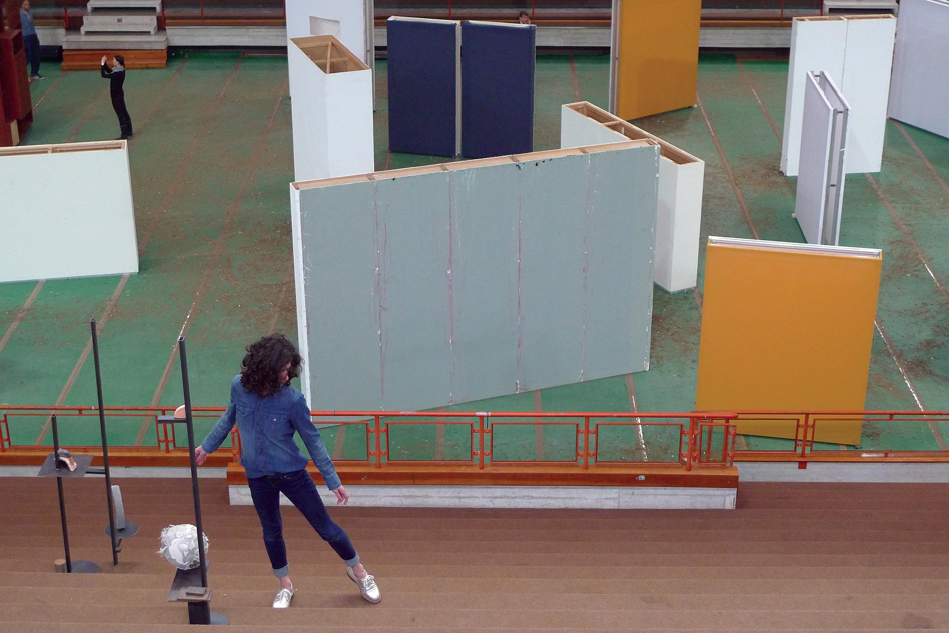 Maria Hassabi · Intermission, Life installazione; behind Gabriel Lester, Cousins, Walls