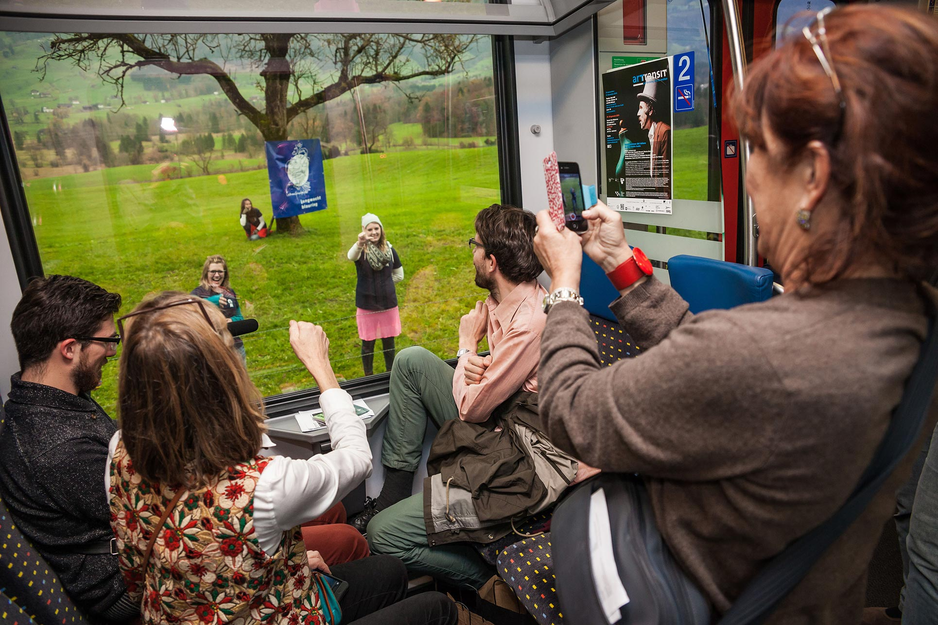 Blauring Altdorf, playing rock-paper-scissors through the train's window with the Performance-Train passengers while the train stands still (Photo: Tania Volobueva)