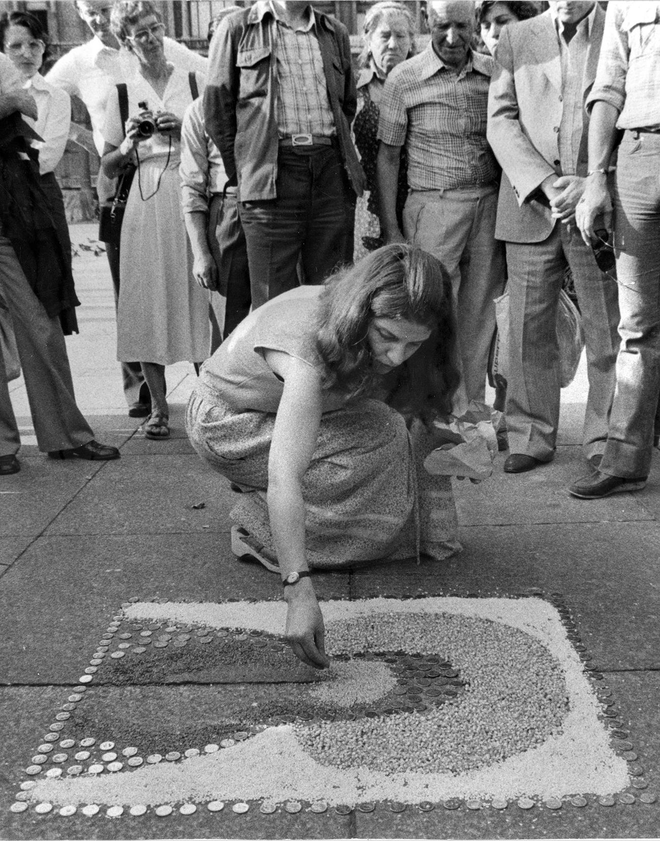 Anna Valeria Borsari, ‹Rappresentazione, presentazione, azione›, 1979, Stampe fotografiche. Documentazione dell'azione realizzata a Milano in piazza del Duomo. Fotografie: Courtesy dell'artista
