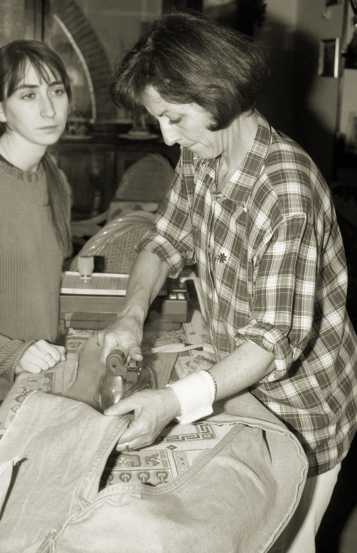Moira Ricci, Mamma stira, della serie 20.12.53-10.08.04, 2004-2014, stampa Lambda, 20 x 14 cm