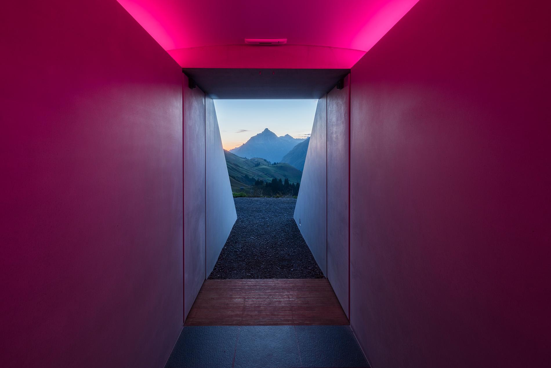 Durch einen unterirdischen Tunnel, welcher auf den Biberkopf-Gipfel ausgerichtet ist, gelangen die Besucher*innen in den Skyspace in Lech von James Turrell. Foto: Florian Holzherr