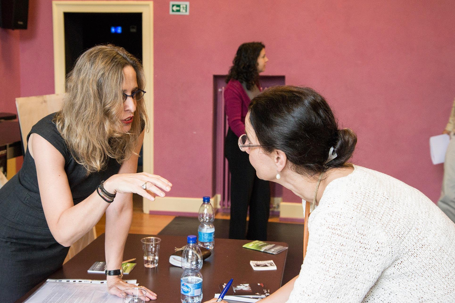 Barbara Fässler talking with a journalist (Photo: Alessandro Ligato)