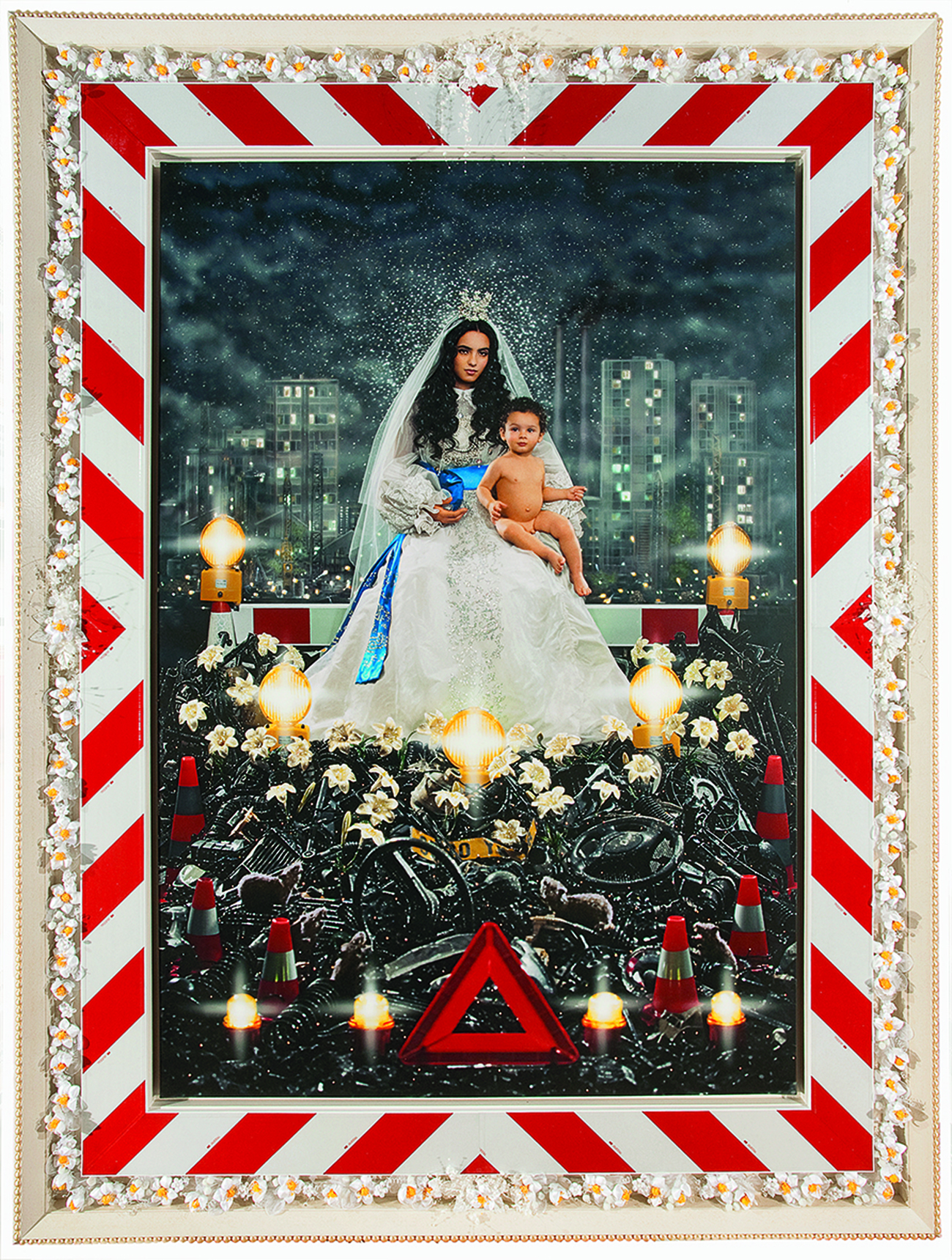 Pierre et Gilles (Pierre Commoy und Gilles Blanchard), La Vierge à l'enfant (Hafsia Herzi & Loric), 2009, Fotografie, Inkjet auf Leinwand und Ölfarbe. Courtesy the artists & Galerie Templon Paris/Bruxelles
