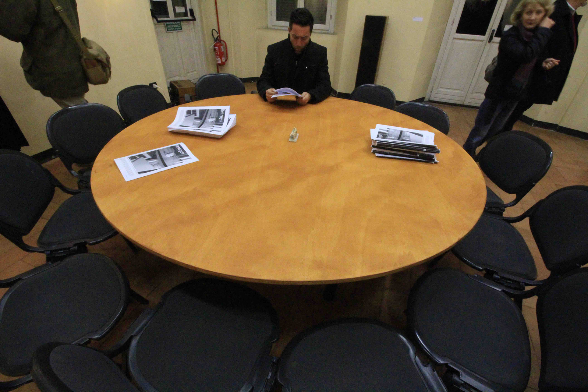 Betrayal, soundinstallation with random sentences from 13 interviews, round table and 13 chairs (Foto: Paolo Bergmann)